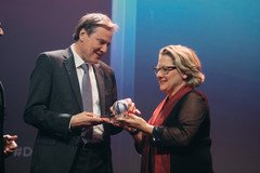 CEO Dr. Bertram receives the award from the Federal Environment Minister Svenja Schulze