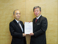 "Toru Takakura, Managing Director of SuMi TRUST, received the ""Olive Leaf Award"" from the Secretary General of WWF Japan"